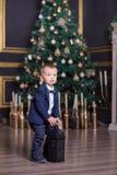 愉快的母亲画象和可爱的婴孩庆祝圣诞节 新年` s假日 有妈妈的小孩欢乐地装饰的r的 免版税库存照片