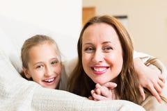 愉快的母亲画象有女孩的 免版税库存照片