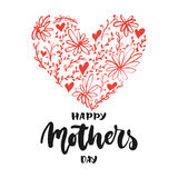 愉快的母亲` s天-与在白色背景隔绝的红色花心脏的手拉的字法词组 乐趣刷子墨水题字 免版税库存照片