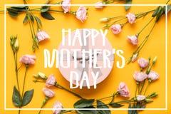 愉快的母亲` s日背景 明亮的黄色和粉红彩笔色的母亲节背景 舱内甲板与礼物盒的被放置的贺卡 库存照片