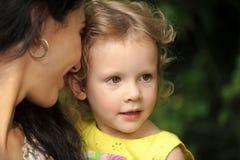 愉快的母性 妇女举行女孩孩子在夏日 免版税库存图片