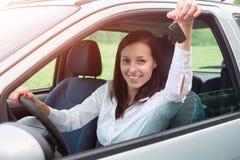 愉快的汽车她的妇女年轻人 免版税库存照片