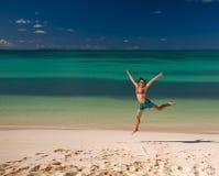 愉快的海边妇女 免版税库存照片