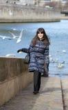 愉快的深色的女孩在巴黎 免版税库存图片