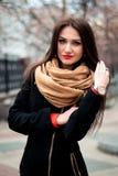 年轻愉快的深色的女孩红色唇膏秋天时兴的画象户外在城市 免版税库存图片