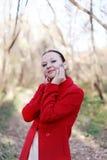 愉快的深色的女孩纵向在秋天 免版税库存图片