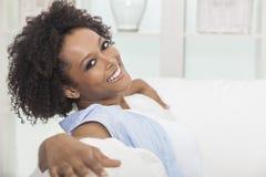 愉快的混合的族种非洲裔美国人的女孩少妇 免版税库存照片