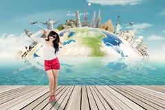 愉快的游人和世界纪念碑背景 免版税库存图片