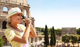 愉快的游人和大剧场,罗马 免版税库存照片