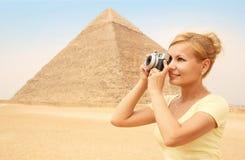 愉快的游人和金字塔,开罗,埃及 白肤金发的快乐的年轻人 免版税图库摄影