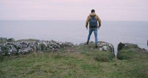 愉快的游人在莫赫悬崖上面的惊人的地方到达了在爱尔兰,他敬佩所有风景  影视素材