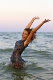 愉快的湿青少年的女孩 免版税图库摄影