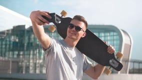 愉快的溜冰板者采取selfie 影视素材