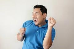 愉快的滑稽的亚洲人跳舞有很多喜悦 免版税库存图片