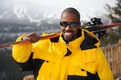 愉快的滑雪者 免版税库存照片