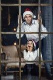 愉快的漂亮的孩子男孩和女孩看窗口Chr 免版税图库摄影