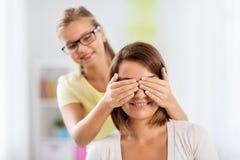 愉快的演奏猜测的母亲和女儿比赛 免版税库存照片