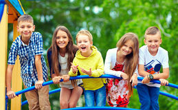 愉快的激动的孩子获得乐趣一起在操场 免版税库存图片