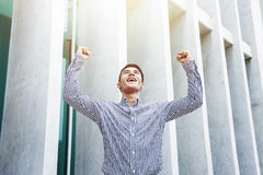 愉快的激动的年轻和现代商人在快乐庆祝 免版税图库摄影