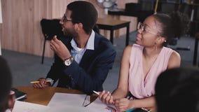 愉快的激动的非裔美国人的商人拍手由桌的,听母上司的笑在办公室会议上 股票录像