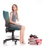 愉快的激动的年轻女实业家,放松在办公室椅子, rel 库存图片