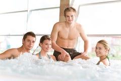 愉快的热人池放松游泳木盆 库存图片