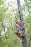 愉快的热心妇女有了不起的时间在冒险公园 免版税库存照片
