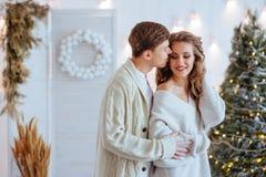 愉快的爱夫妇庆祝圣诞节假日 库存照片