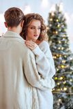 愉快的爱夫妇庆祝圣诞节假日 免版税库存照片