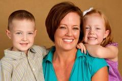 愉快的爱恋母亲和她childern 库存照片