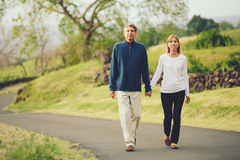 愉快的爱恋的中部年迈的夫妇走 库存图片