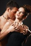 愉快的爱恋的夫妇。黑暗的背景。 免版税图库摄影