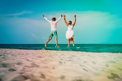 愉快的爱恋的夫妇享受热带海滩假期 免版税库存图片