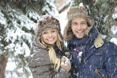 愉快的爱恋的夫妇冬天画象  免版税图库摄影