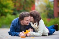 愉快的爱恋的夫妇户外在一秋天天 库存照片