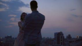 愉快的爱恋的夫妇欣喜和笑的跳舞,藏品手 影视素材