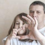 愉快的爱恋的家庭画象  父亲和他女儿儿童女孩使用 逗人喜爱的婴孩和爸爸 父亲节的概念 家庭 免版税库存图片