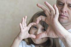 愉快的爱恋的家庭画象  父亲和他女儿儿童女孩使用 逗人喜爱的婴孩和爸爸 父亲节的概念 库存照片
