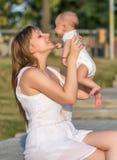 愉快的爱恋的母亲和她的婴孩画象  免版税库存照片