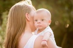 愉快的爱恋的母亲和她的婴孩画象  免版税库存图片