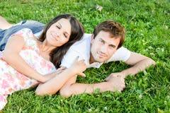 愉快的爱恋的年轻夫妇户外 免版税库存图片