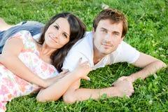愉快的爱恋的年轻夫妇户外 免版税库存照片
