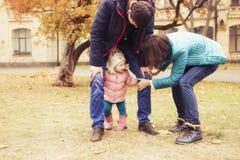 愉快的爱恋的family& x28; 母亲、父亲和一点女儿kid& x29;outd 免版税库存图片
