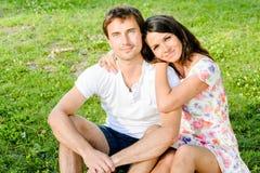 愉快的爱的微笑的年轻夫妇户外 免版税库存图片