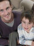 愉快的父亲和儿子在家 库存照片
