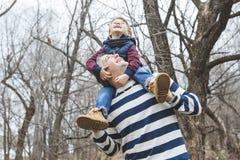 愉快的父亲和儿子获得乐趣在公园在末端 免版税图库摄影