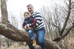 愉快的父亲和儿子获得乐趣在公园在末端 免版税库存图片