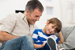 愉快的父亲和儿子 库存图片