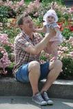 愉快的父亲和可爱宝贝女儿在公园 库存照片