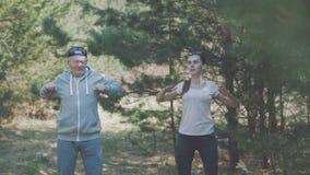 愉快的父亲和女儿在早期的森林4K里解决 股票视频